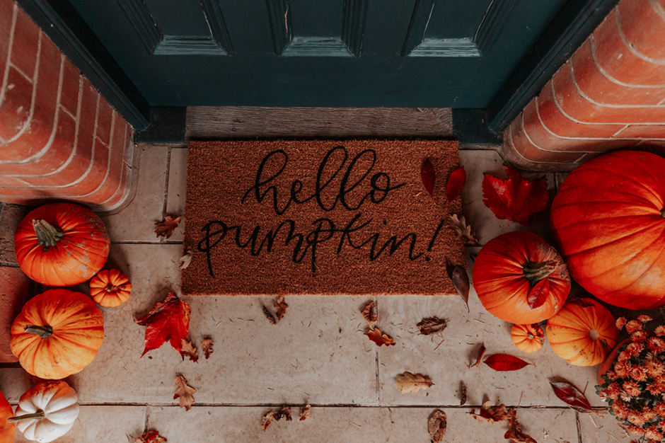 This image has an empty alt attribute; its file name is zoella-how-to-style-autumn-porch-2-940x626.png